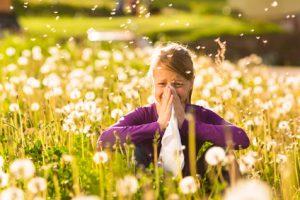 Frau allergische Reaktion auf Wiese