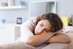Frau erschöpft Schilddrüsenunterfunktion