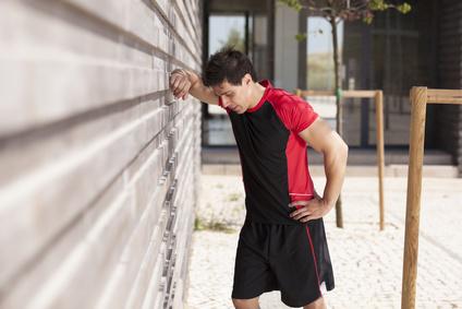 Erschöpfter Mann nach Sport
