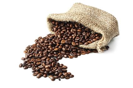 Sack mit Kaffeebohnen auf weißen Hintergrund