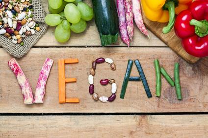 vegane Ernährung Gemüse vegan Schrift auf Holz
